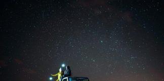 звездное небо и машина